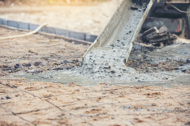 Konkreter zement, der während der handelsbetonierungsböden des architekturgebäudes gießt