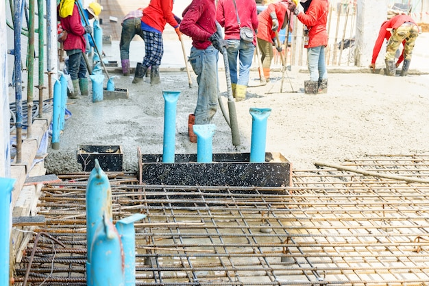 Konkretes gießen während der handelsbetonierungsböden von gebäuden in der baustelle