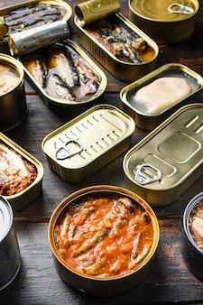 Konserven aus fischkonserven mit verschiedenen arten von meeresfrüchten, geöffneten und geschlossenen dosen