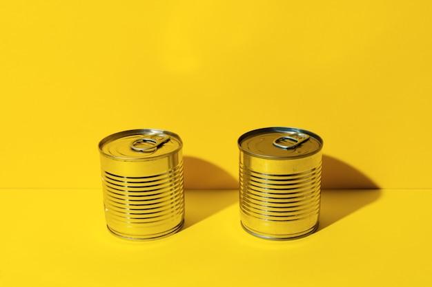 Konservendose auf gelbem studiahintergrund