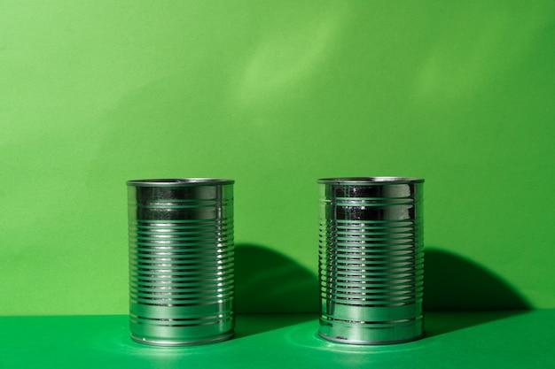 Konservendose auf grüner studiooberfläche