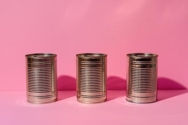 Konservendose auf rosa hintergrund