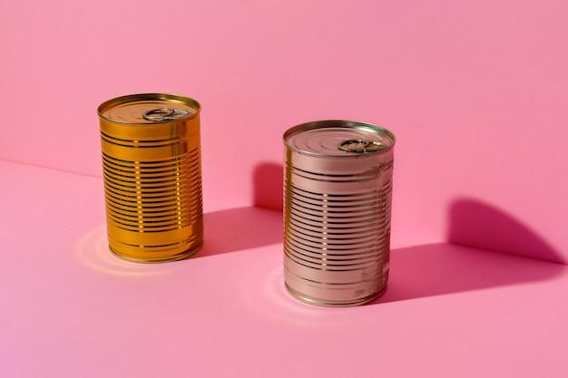 Konservendose auf rosa studiooberfläche