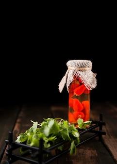 Konservierte rote paprika im glas