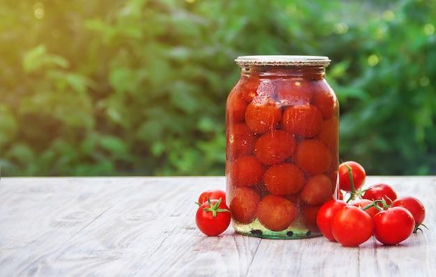 Konservierte tomaten in dosen. selektiver fokus natur.
