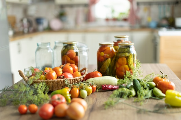 Konservierung von tomaten und gurken, die ernte wird in gläsern gesalzen