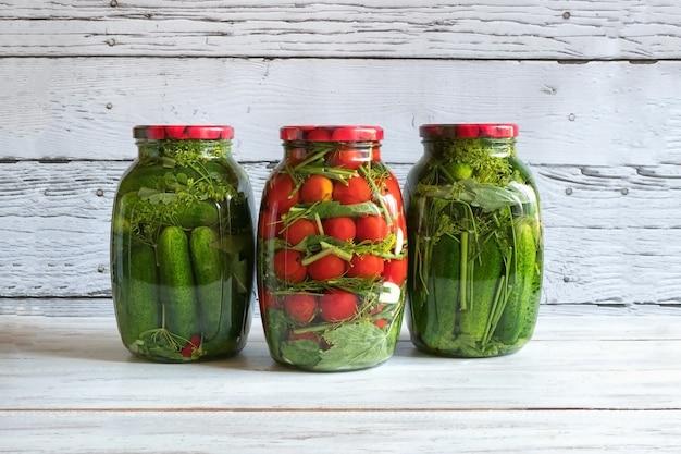 Konservierung von tomaten und gurken in gläsern