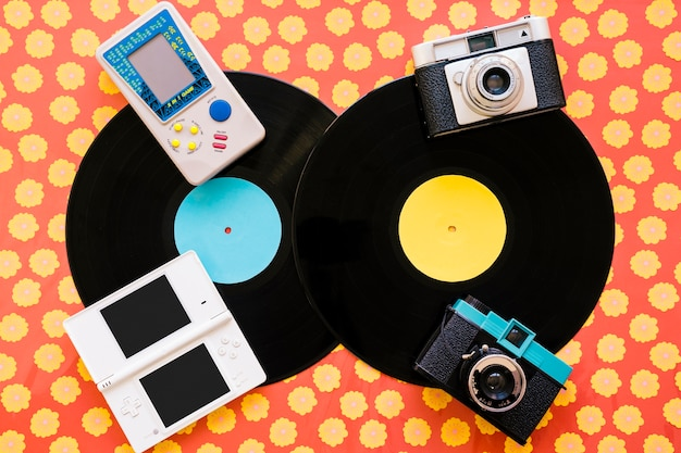 Konsolen und kameras auf vinyls