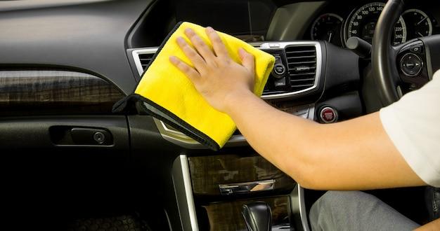 Konsolenauto aus mikrofaser und leder, handreinigung modernes innenauto, mikrofaser und reinigungslösung zum reinigen