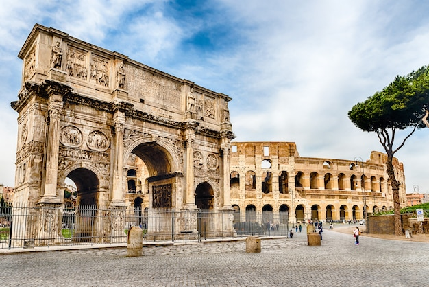 Konstantinsbogen und das kolosseum, rom, italien