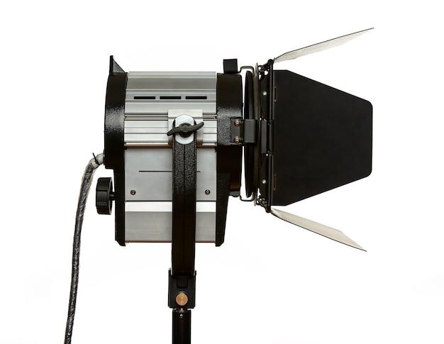Konstantlicht-beleuchtung mit vorhängen und fresnel-linse auf einem stativ zum filmen. das gerät ist auf einem weißen hintergrund isoliert.