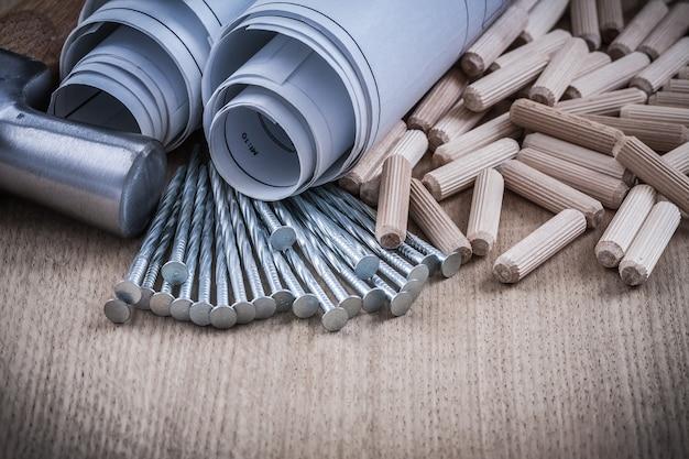 Konstruktionszeichnungen krallenhammerhaufen von holzdübeln und nägeln.