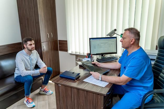 Konsultation im arztkabinett. arzt und patient.