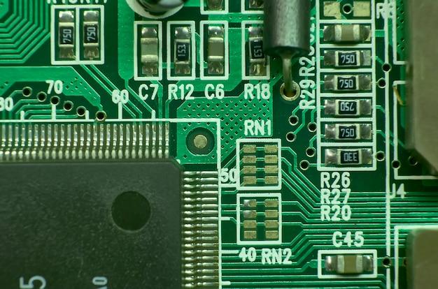 Kontakte und elektronische schaltungen mit verschiedenen komponenten und mikroprozessoren bedruckt: ausgezeichnete textur für grafische projekte.