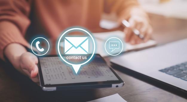 Kontaktieren sie uns support-konzept, frau mit digitalem tablet und bildschirmsymbol-telefon, e-mail-adresse und nachricht online.
