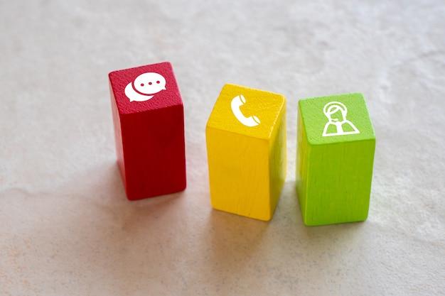 Kontaktieren sie uns symbol auf buntem puzzle mit der hand