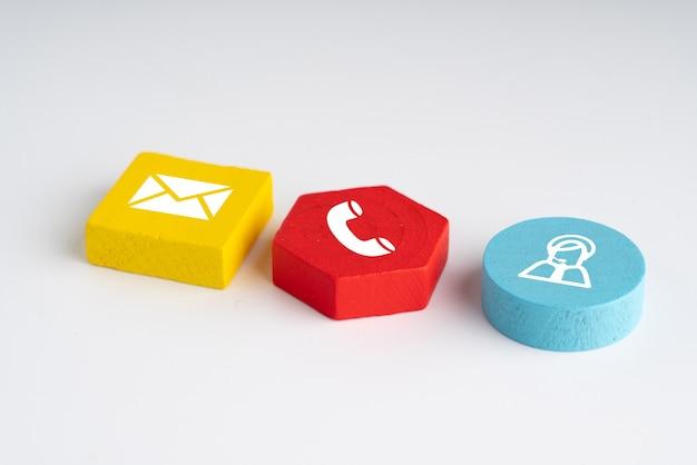 Kontaktieren sie uns symbol auf buntem puzzle mit hand