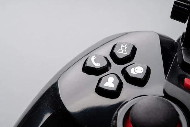 Kontaktieren sie uns symbol auf bunten gamecontroller