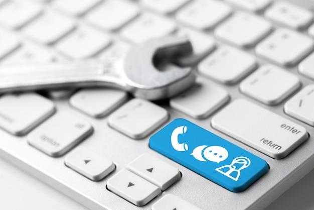Kontaktieren sie uns symbol auf der tastatur mit kopfhörer und mikrofon