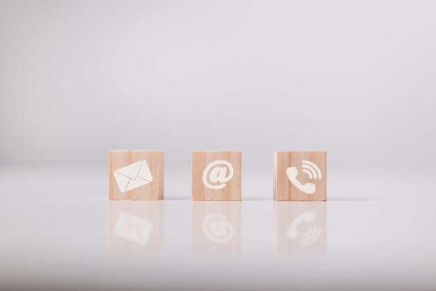 Kontaktieren sie uns symbol e-mail-adresse telefon auf holzwürfel telearbeit telearbeit