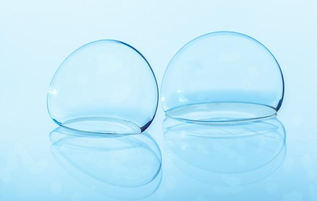 Kontaktlinse auf blau