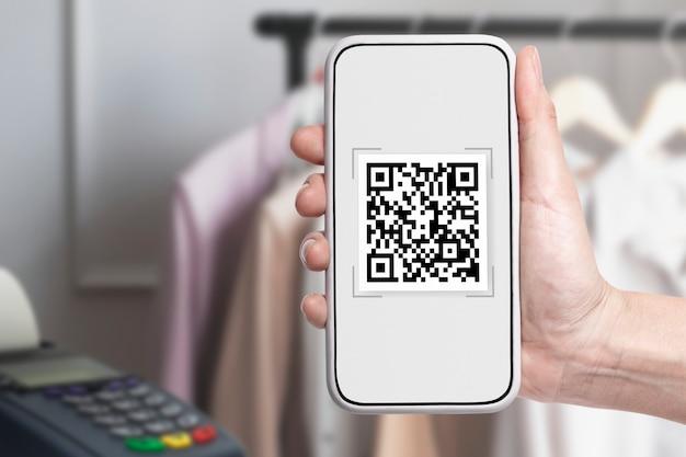 Kontaktlose zahlung, qr-code auf dem smartphone-bildschirm