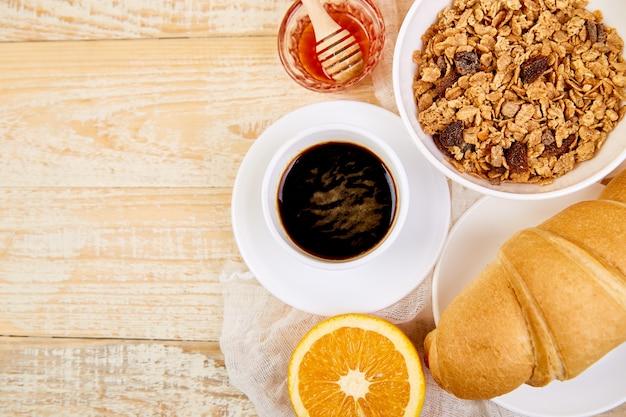 Kontinentales frühstück auf dem tisch