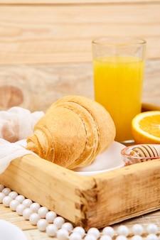 Kontinentales frühstück auf ristic hölzernem tellersegment