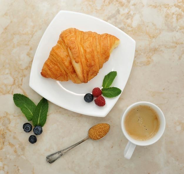 Kontinentales frühstück mit croissants