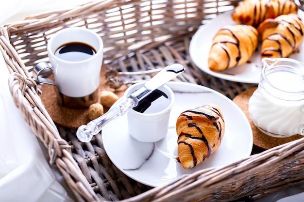 Kontinentales frühstück mit frischen croissants