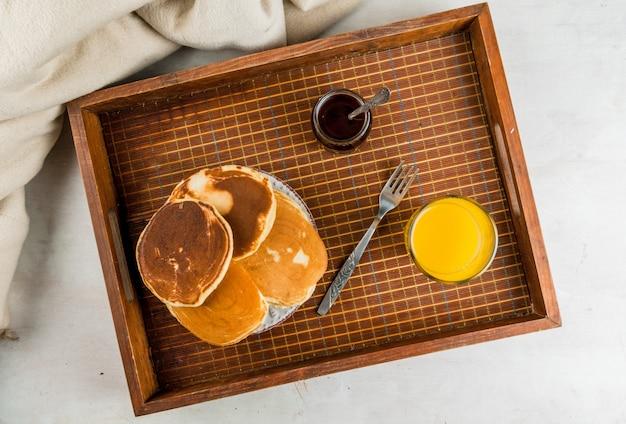 Kontinentales frühstück mit pfannkuchen