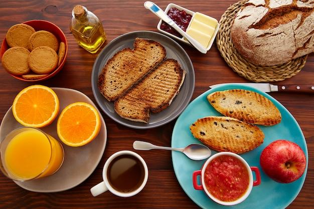 Kontinentales frühstücksbuffet mit kaffee