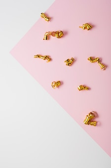 Kontrastierter hintergrund mit goldenen bändern