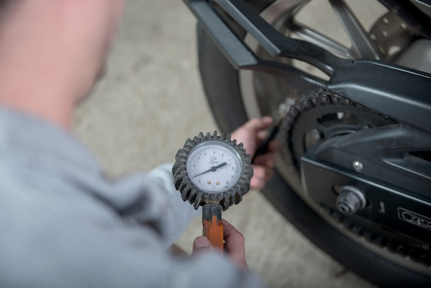 Kontrolle des reifendrucks des motorrades