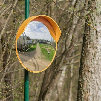 Konvexer spiegel, verkehrsspiegel in der landschaft