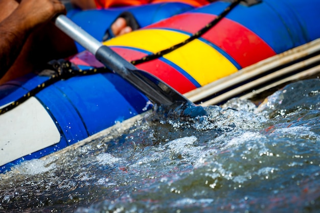 Konzentriere dich auf einen teil des raftings im fluss.