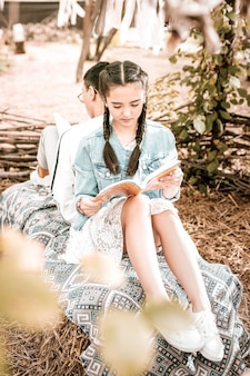 Konzentrieren sie sich auf die aufgabe. entspannter weiblicher kopfbeugungskopf beim lesen des gedichts