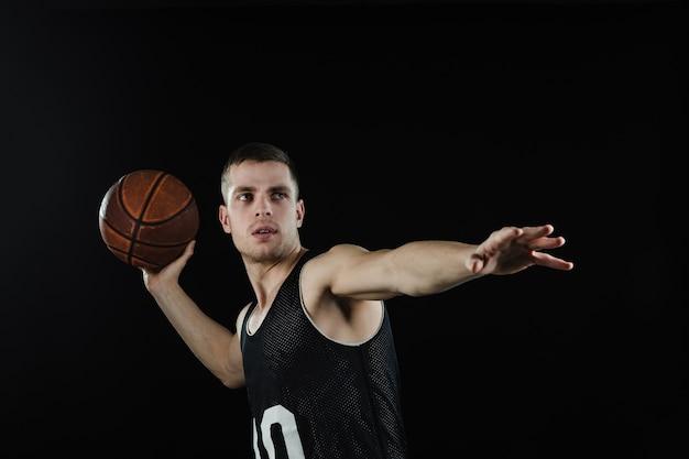 Konzentrierte basketball-spieler vor dem ball zu werfen