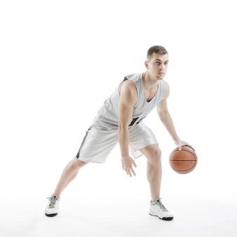 Konzentrierte basketballspieler
