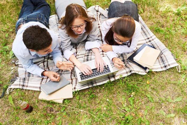 Konzentrierte jugendliche, die sich auf prüfungen vorbereiten