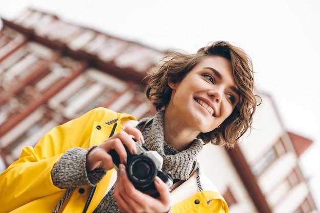 Konzentrierte junge fotografin
