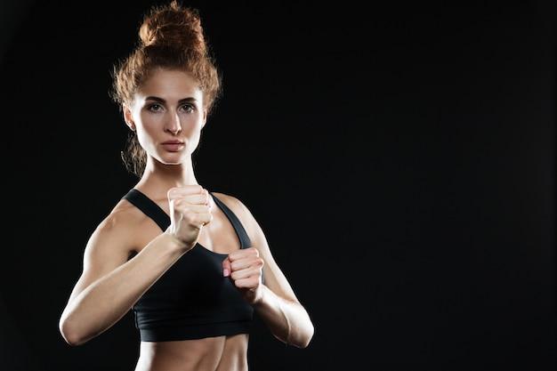 Konzentrierte junge sportdame boxerin