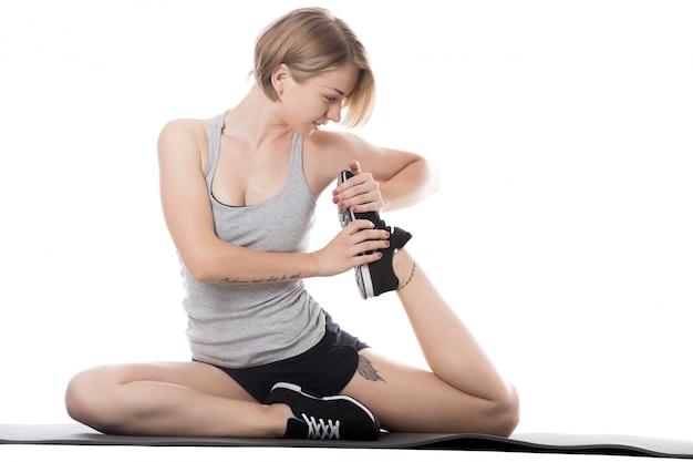 Konzentrierte mädchen tun stretching-übungen
