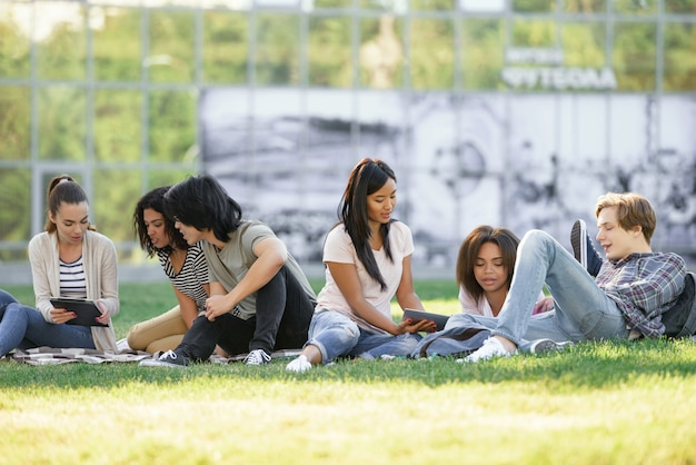 Konzentrierte studenten, die im freien studieren.