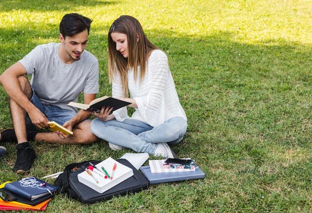 Konzentrierte studenten lesen buch zusammen