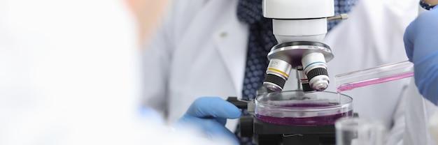 Konzentrierter biochemiker im labor