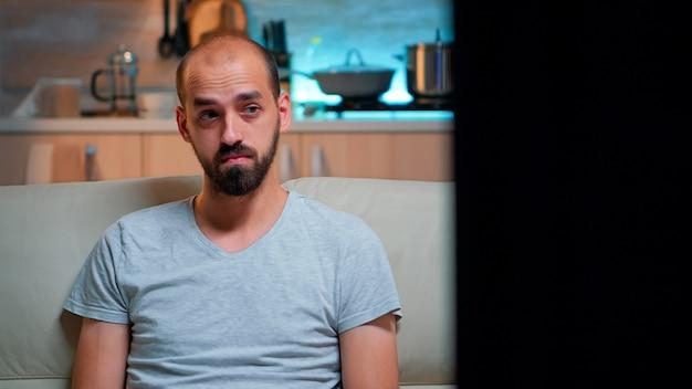 Konzentrierter mann, der auf internetinformationen nach terminprojekten surft