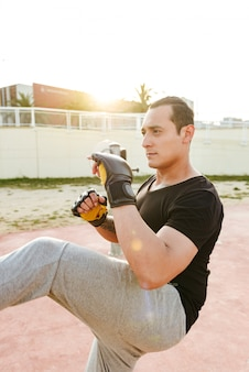 Konzentrierter starker sportler boxer