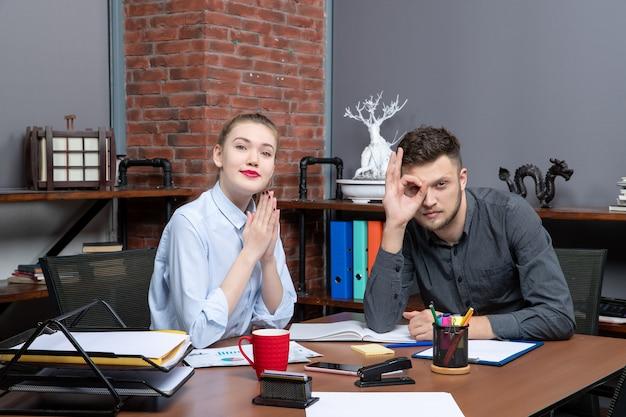 Konzentriertes management-team sitzt am tisch im besprechungsraum in büroumgebung