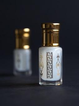 Konzentriertes parfüm in einer mini-flasche.